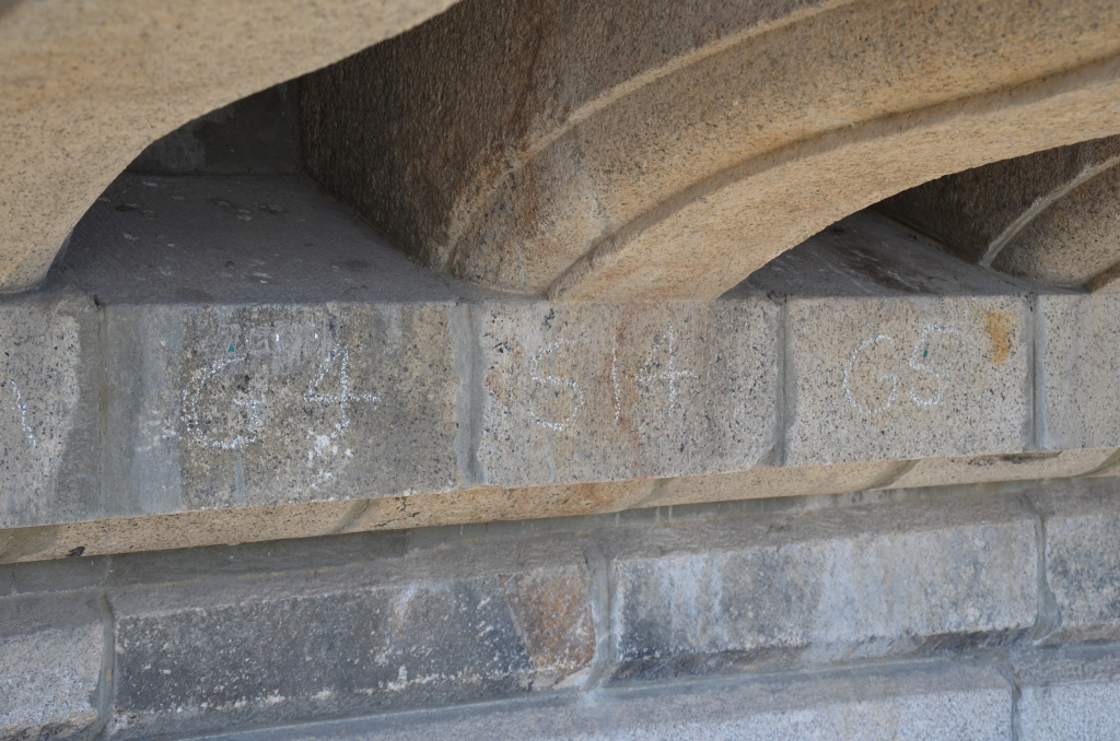 Widoczne oznaczenia elementów mostu